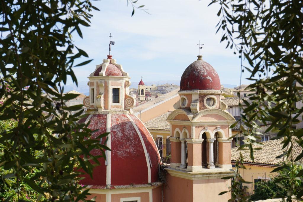 Kerktorens in de stad Kerkyra op Corfu