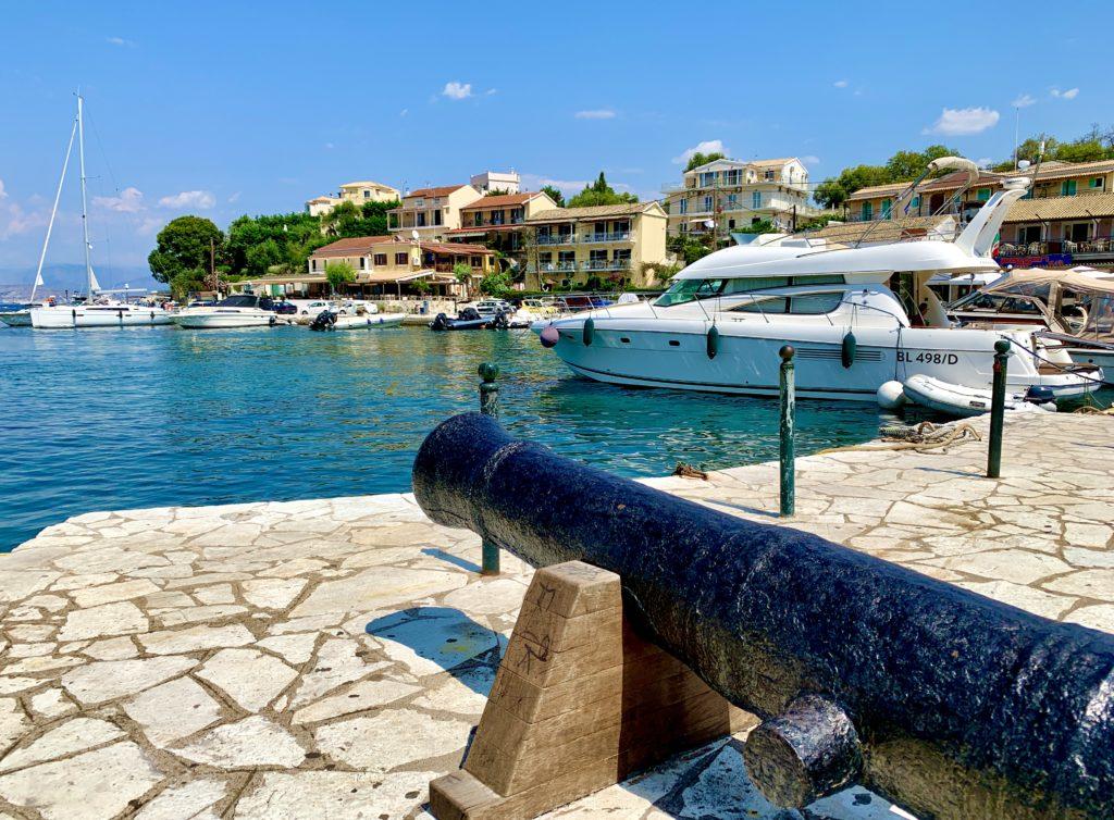 Kassiopi haven op Corfu tijdens vakantie