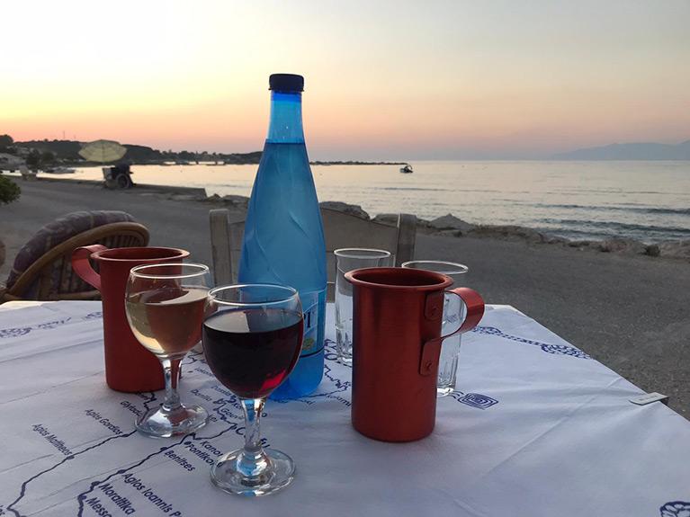 In de buurt van appartementen Eveline op Corfu. Griekse avond in Roda
